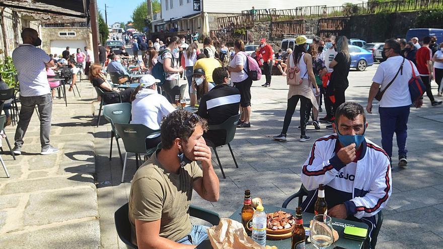 La Guardia Civil interviene ante el masivo número de visitantes en Armenteira