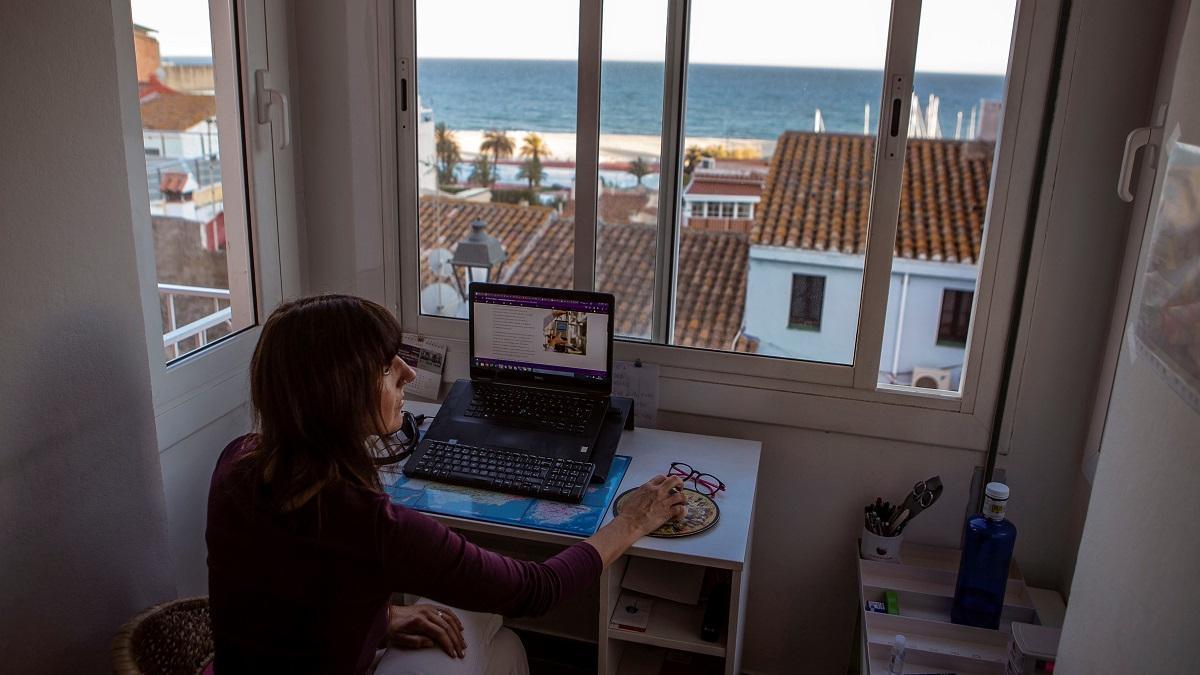 Una persona trabajando desde su casa.