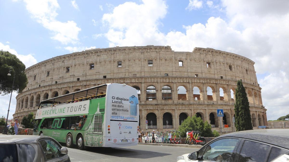 Un autobús circula con la publicidad del Celta frente al Coliseo de Roma