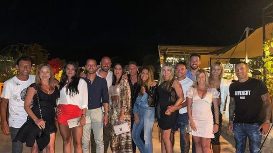 El futbolista Pepe Reina, de ruta ciclista en Ibiza