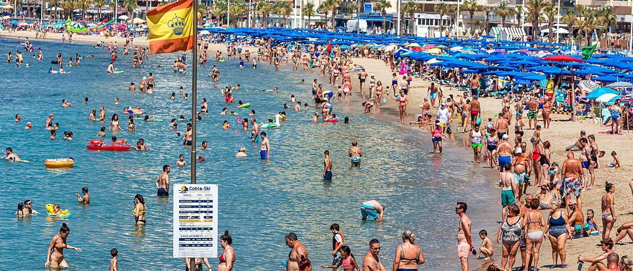 Imagen que presentaba ayer la playa de Levante de Benidorm a media mañana.    DAVID REVENGA