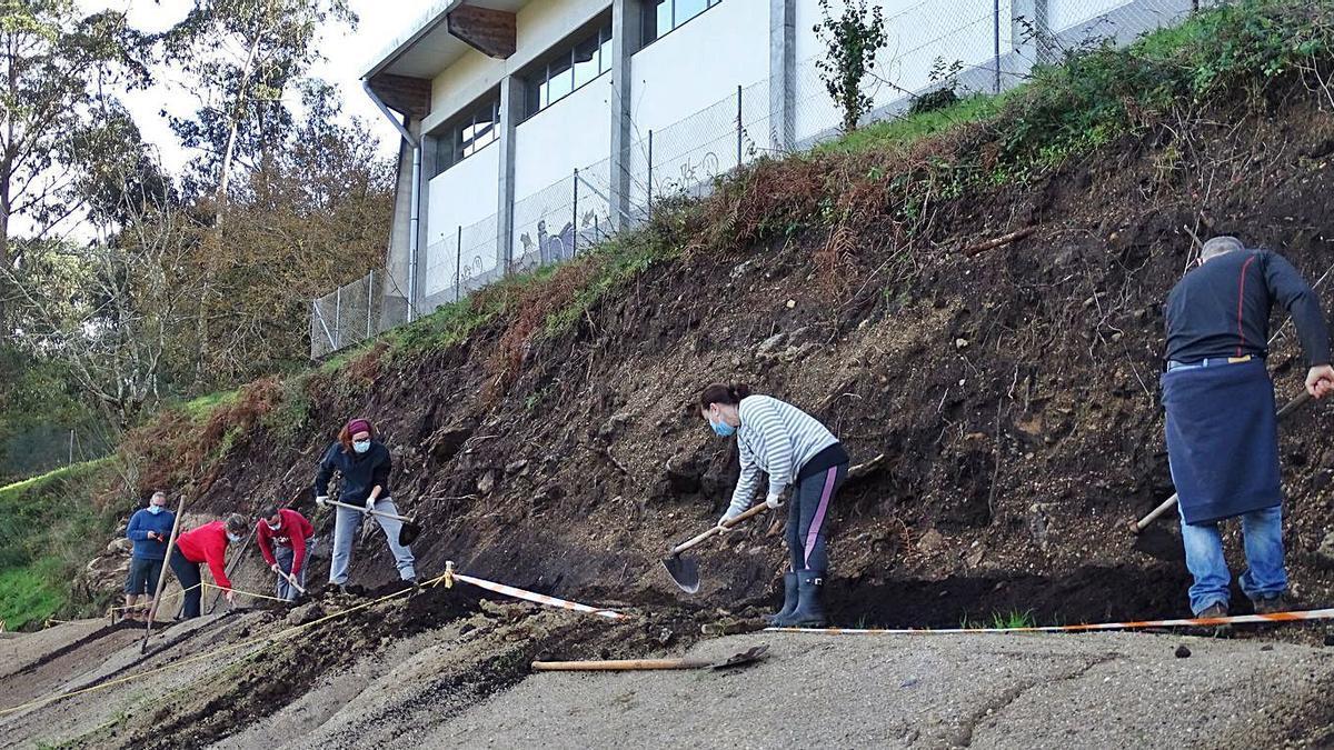 Familias de alumnos y profesorado trabajando en la construcción de los estanques en el colegio.   | // FDV