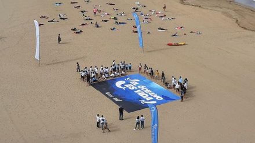 Un mosaico para celebrar el Día Mundial de los Océanos en la playa de Las Canteras