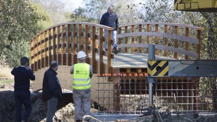 Tomiño instala un puente sobre el río Pego para ampliar la senda del Miño