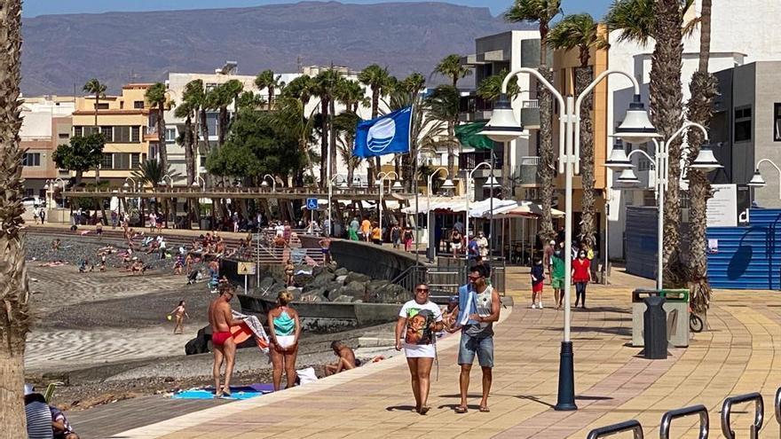 La Bandera Azul ondea en la playa de Arinaga por quinto año consecutivo