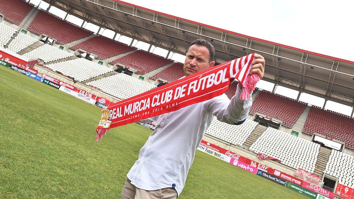 Mario Simón, nuevo entrenador del Real Murcia, posando ayer tras su presentación.