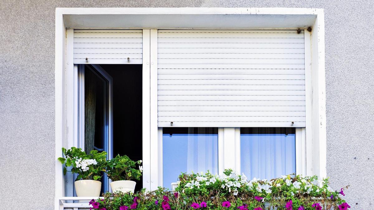 Limpiar las persianas por fuera no siempre es fácil.