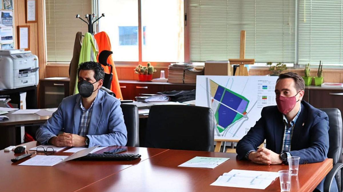 El gerente del CTLB, Fernando Pérez (izquierda) y el alcalde, Luciano Huerga (derecha) en el consejo de administración celebrado ayer.   E. P.