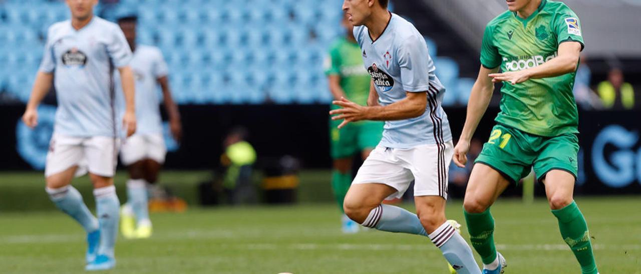 Denis Suárez conduce a bola diante do noruegués Odegaard. // José Lores