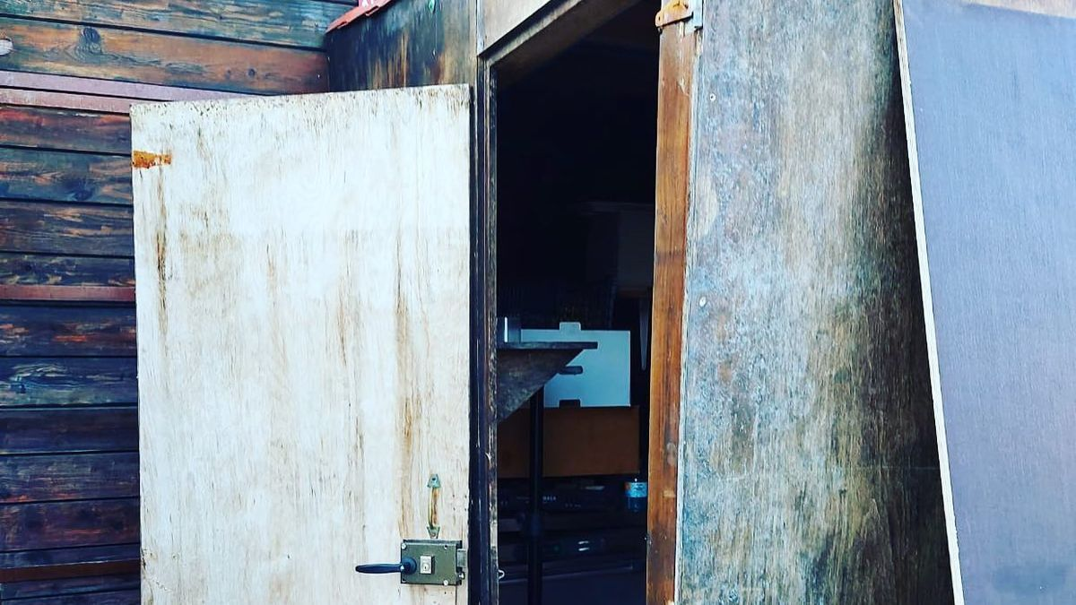 Los asaltantes reventaron la puerta de acceso al almacén de madrugada