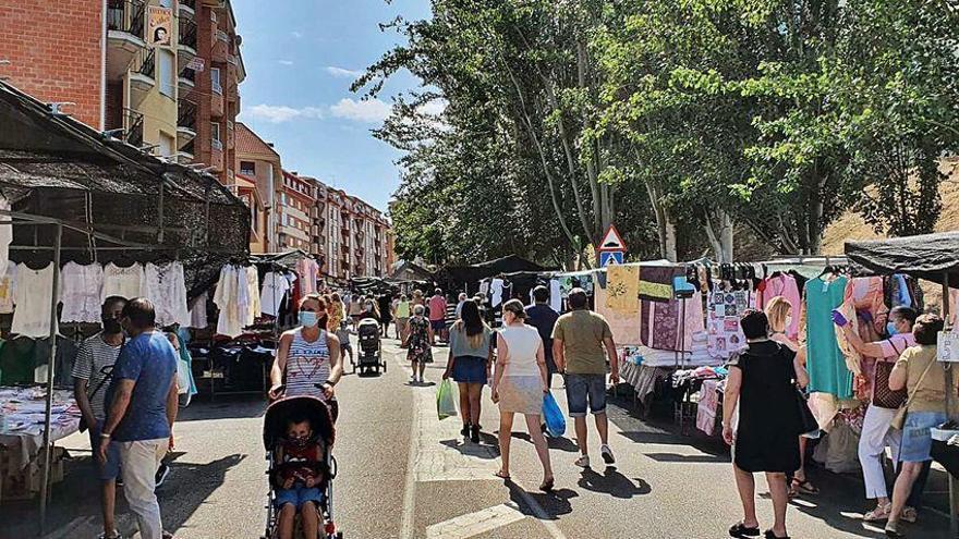 La nueva normalidad del mercadillo en Benavente: puestos a distancia de una vara