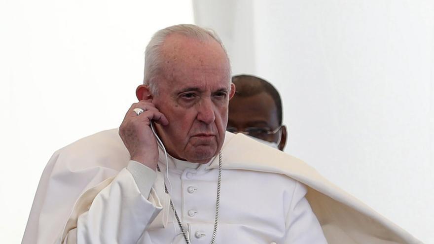 El papa reza por las víctimas de la guerra en la ciudad iraquí de Mosul