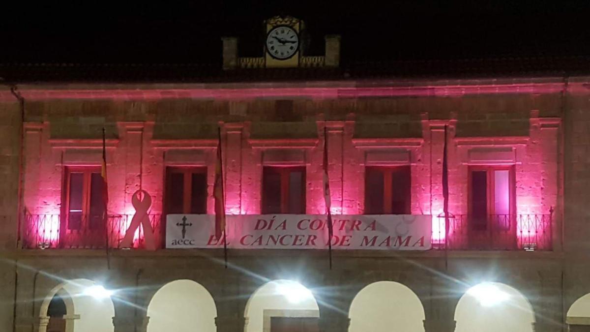 Fachada de la Casa Consistorial de la plaza Mayor iluminada de rosa el año pasado.