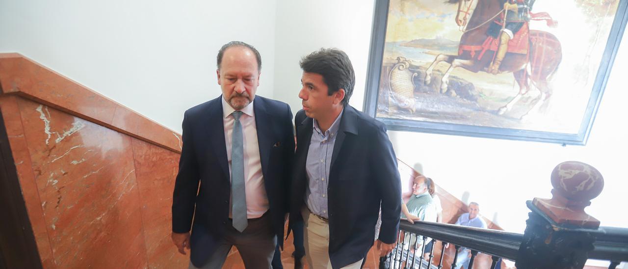 Emilio Bascuñana y Carlos Mazón en el Palacio del Marqués de Arneva, sede del Ayuntamiento oriolano