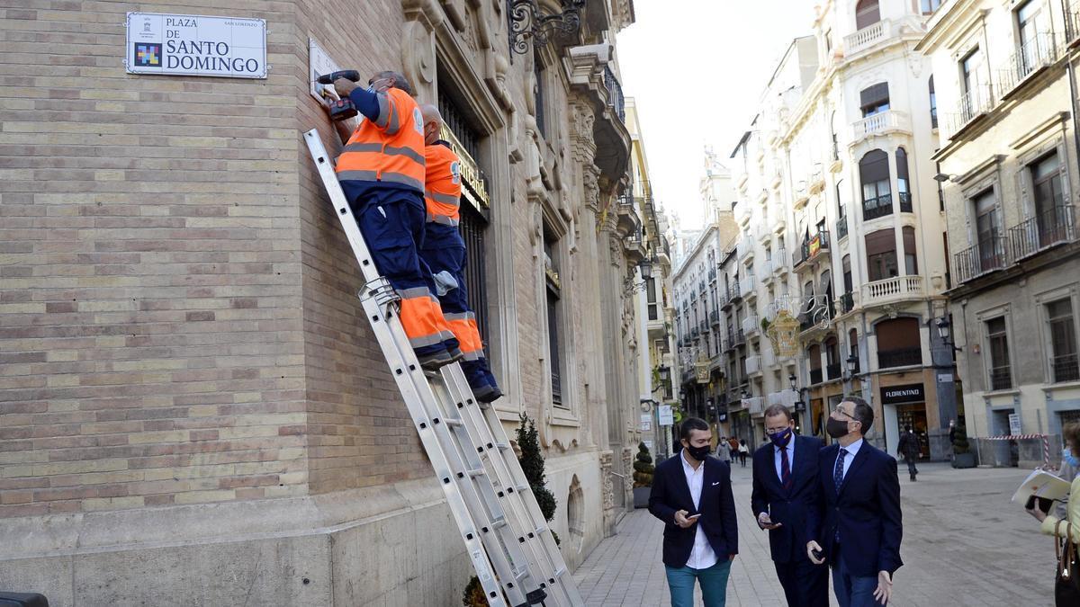 Trabajadores del Ayuntamiento colocando las placas el pasado mes de noviembre en un edificio histórico ante la mirada del exalcalde Ballesta.