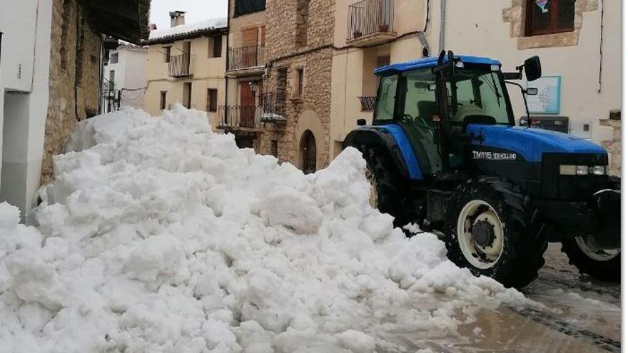 Tractor contra la nieve en Xiva de Morella