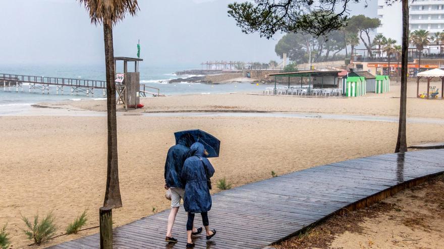 Un frente dejará este sábado chubascos fuertes en Baleares