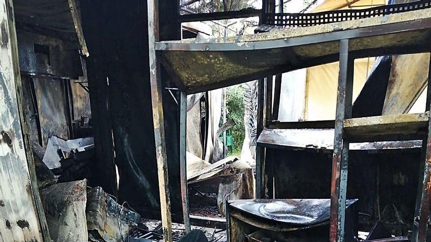 Un fuego, que se investiga si fue intencionado, destruye un bar parrilla en Anleo (Navia)