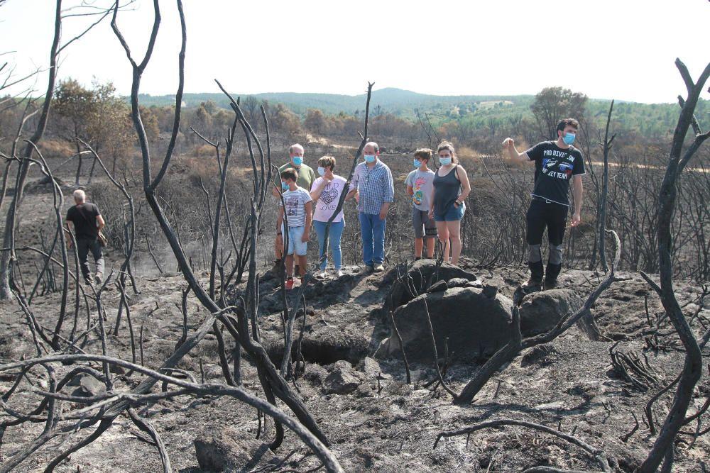 Vecinos, ayer, en torno al dolmen de 'Medoña', en Moreiras, que el fuego ha hecho más visible.