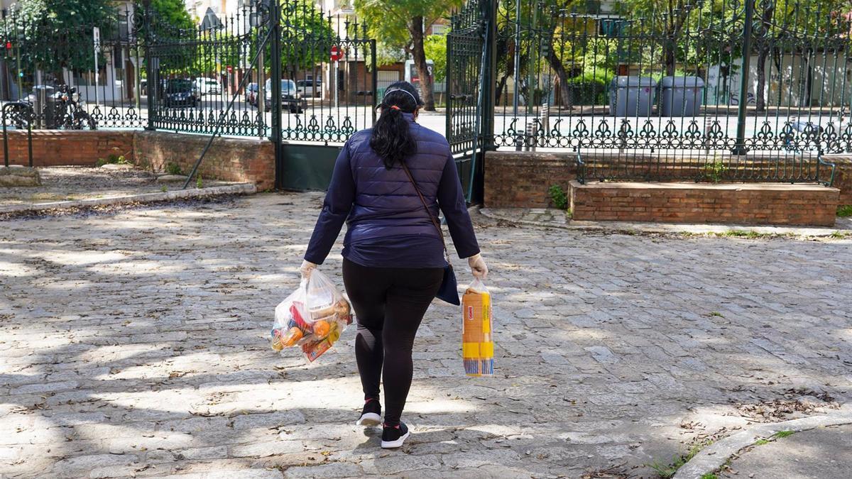 Una mujer lleva comida