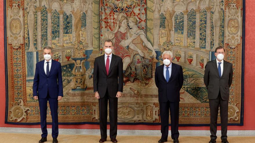 El Rey preside un acto del Instituto Elcano con la presencia de González, Zapatero y Rajoy
