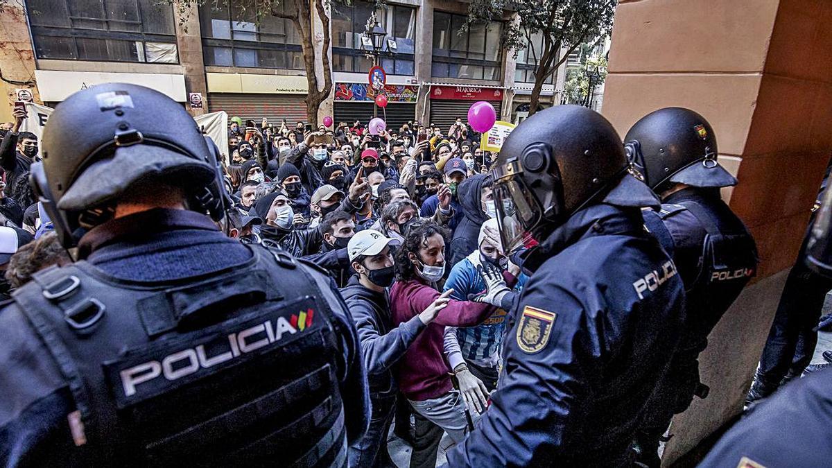 La tensión se disparó a las puertas del Parlament durante la protesta prohibida del día 12.