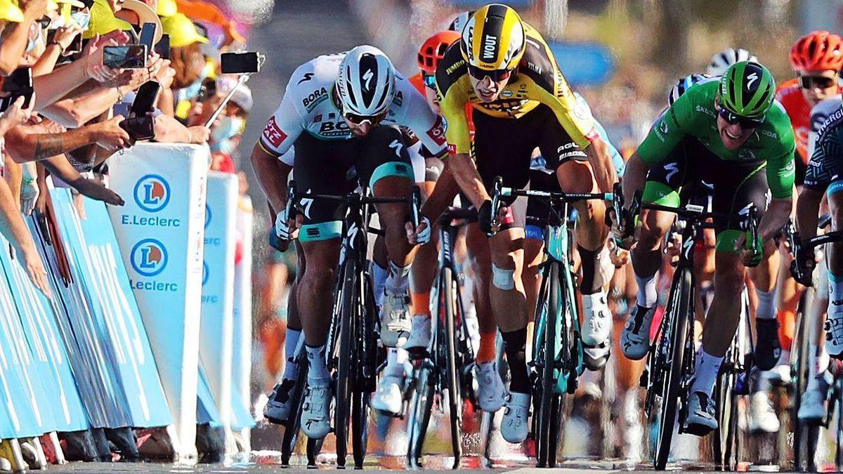 Sagan y Van Aert, en pleno pulso en el esprint.