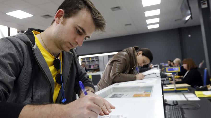 Euskadi y Galicia estrenan el nuevo voto por correo  postcovid
