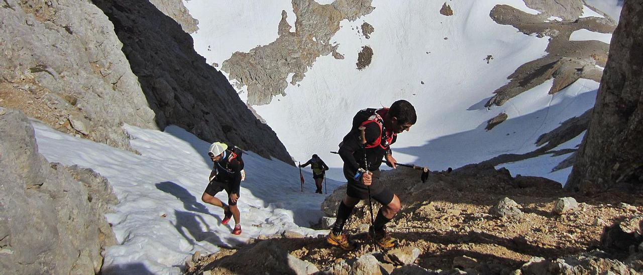 Participantes en una pasada edición de la Travesera de los Picos de Europa.   LNE