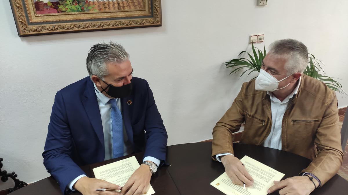 Víctor Montoro y Alfonso Alcaide, durante la firma del convenio.