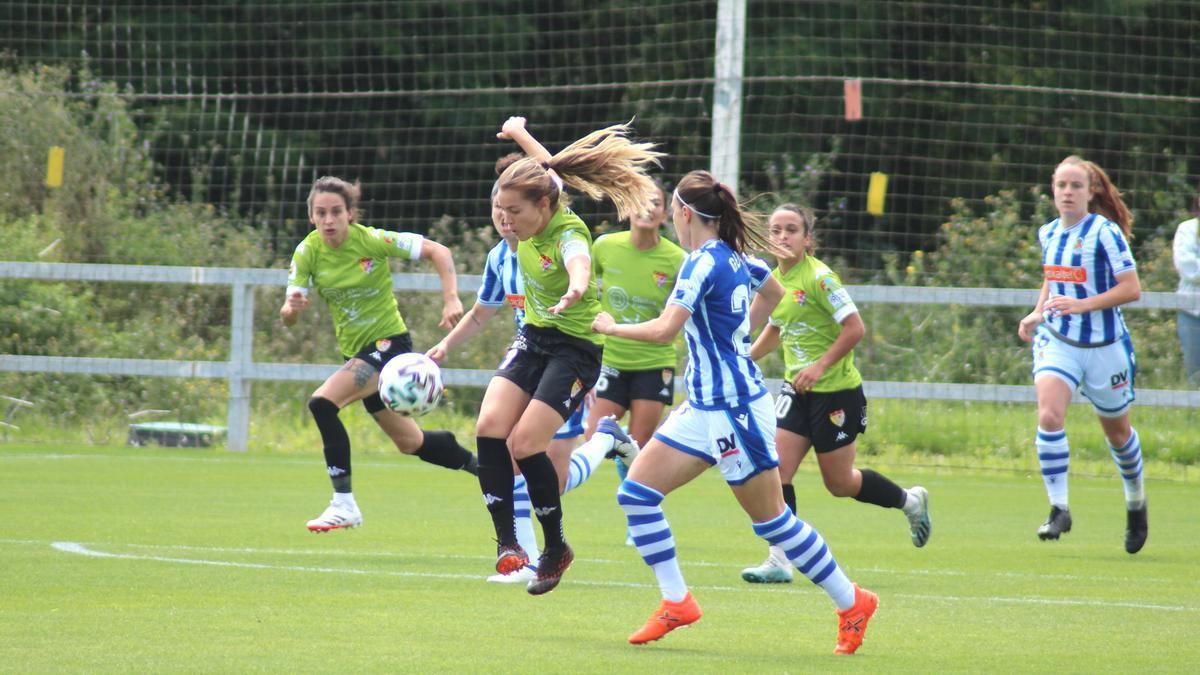 Jugadoras de la Real Sociedad y del Civitas Santa Teresa Badajoz pugnan por el balón.