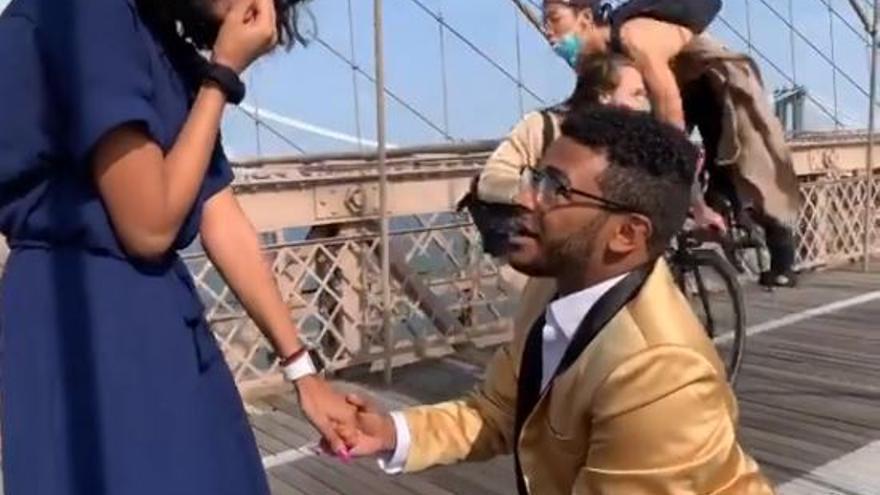 Arrollado mientras grababa una pedida de mano en el puente de Brooklyn