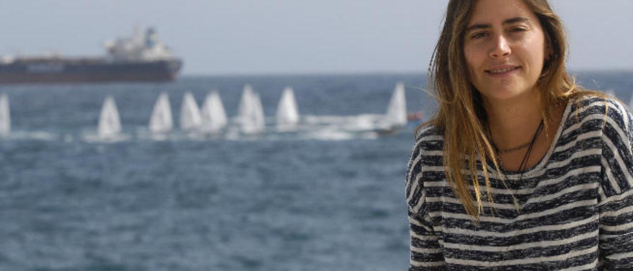 Iris Carballo, ayer, con la bahía del Puerto de La luz al fondo, desde donde partían los emigrantes a Cuba.
