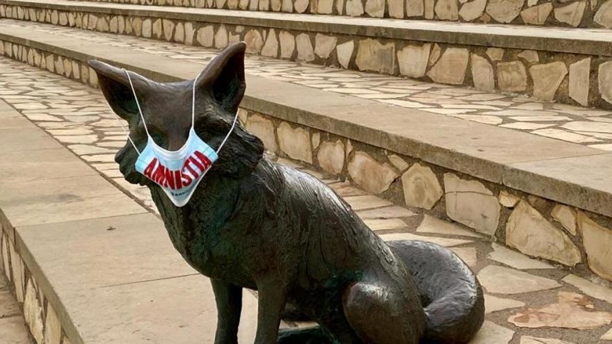 Òmnium guarneix els monuments catalans amb mascaretes per demanar amnistia