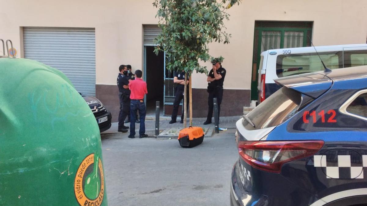 Agentes en la entrada del edificio.