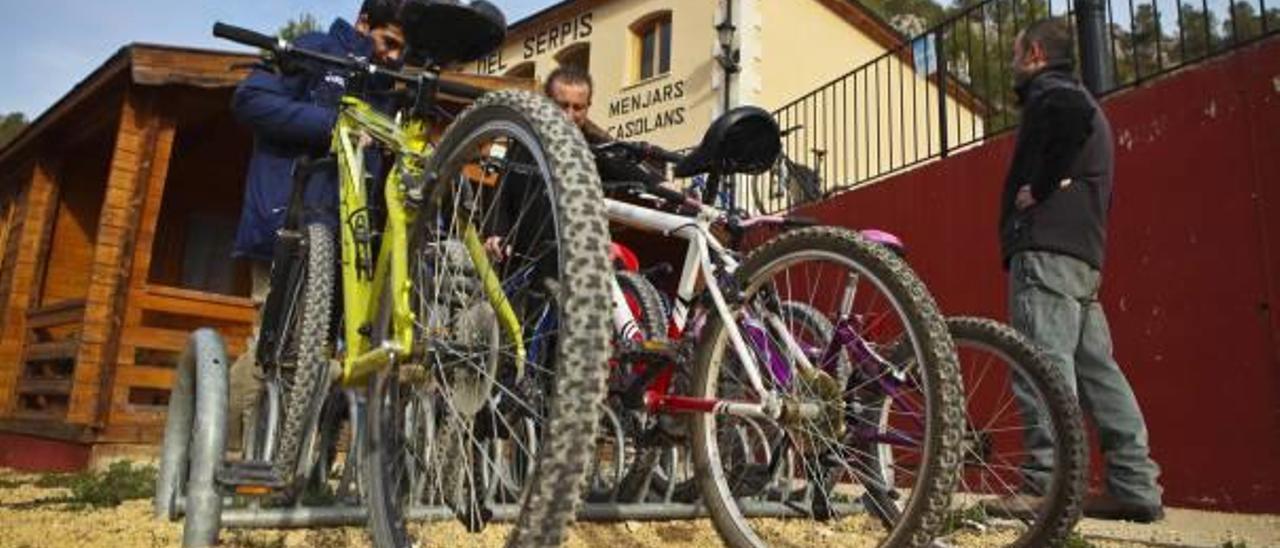 Los alojamientos rurales ofrecen numerosas actividades complementarias, como excursiones en bicicleta.