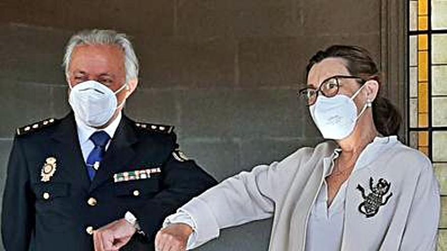 La subdelegada destaca la labor del comisario en la pandemia