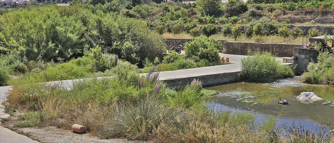 El azud del Pas de la Guàrdia de Villalonga, sobre el que discurre el camino del Tarrassó, que la CHJ ha ordenado demoler.   XIMO FERRI