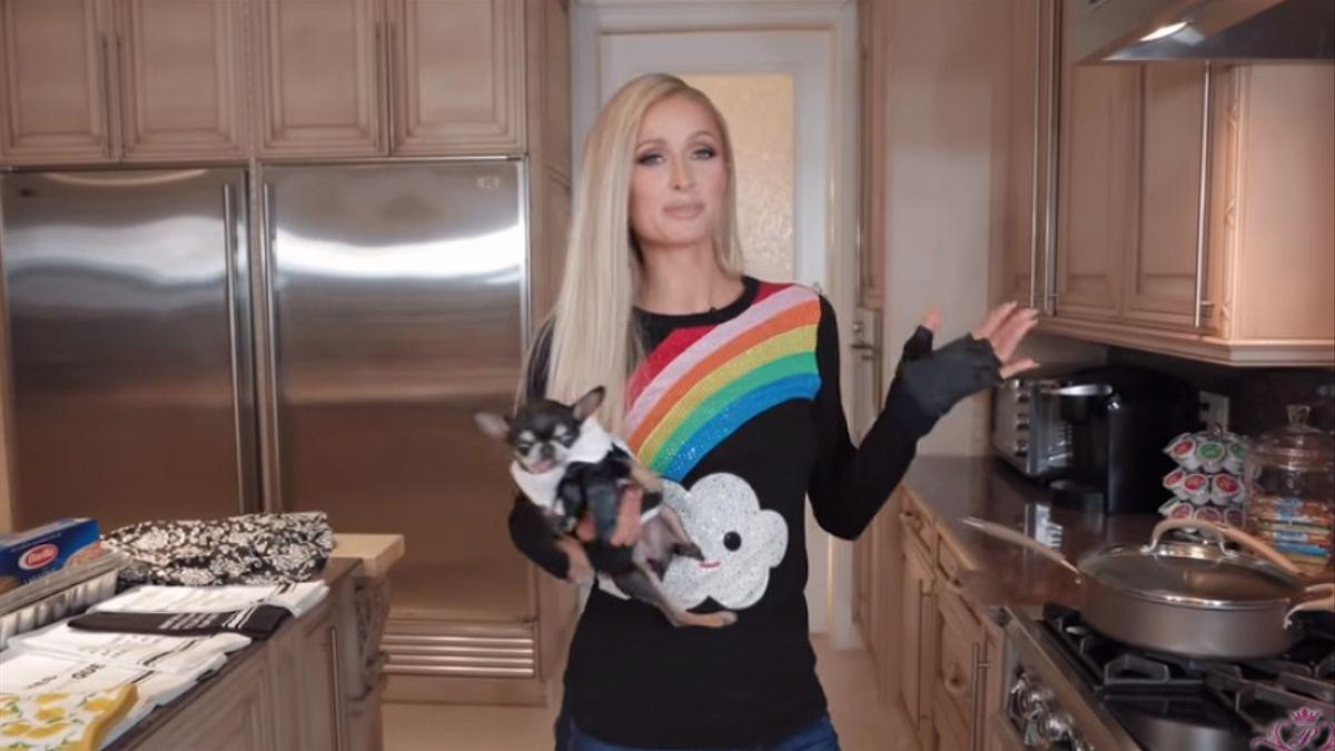 Paris Hilton cocinando