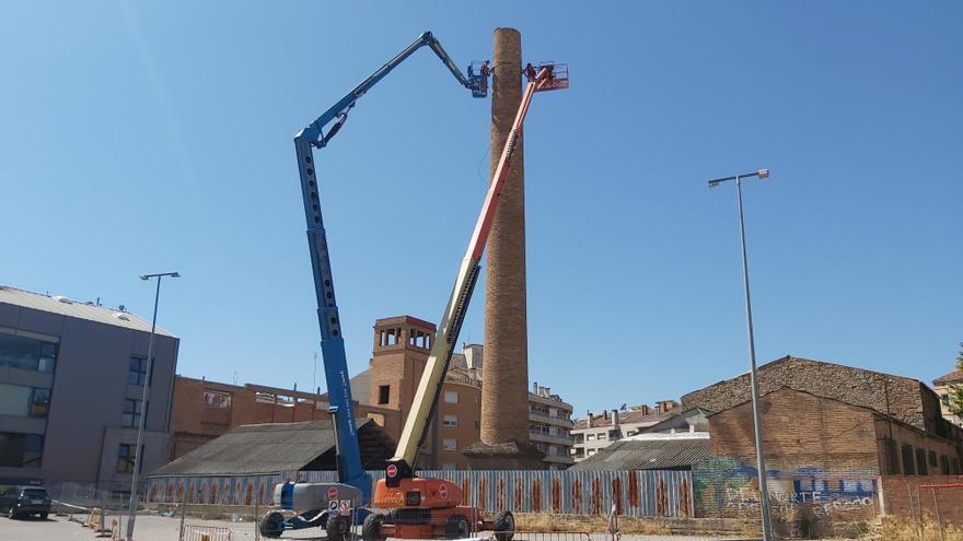 Reparen la xemeneia de l'antiga fàbrica  Alcoholera, a l'estació de busos