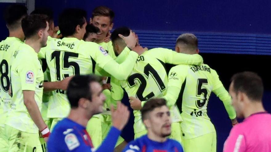 Luis Suárez impulsa al Atlético hacia el título en Eibar