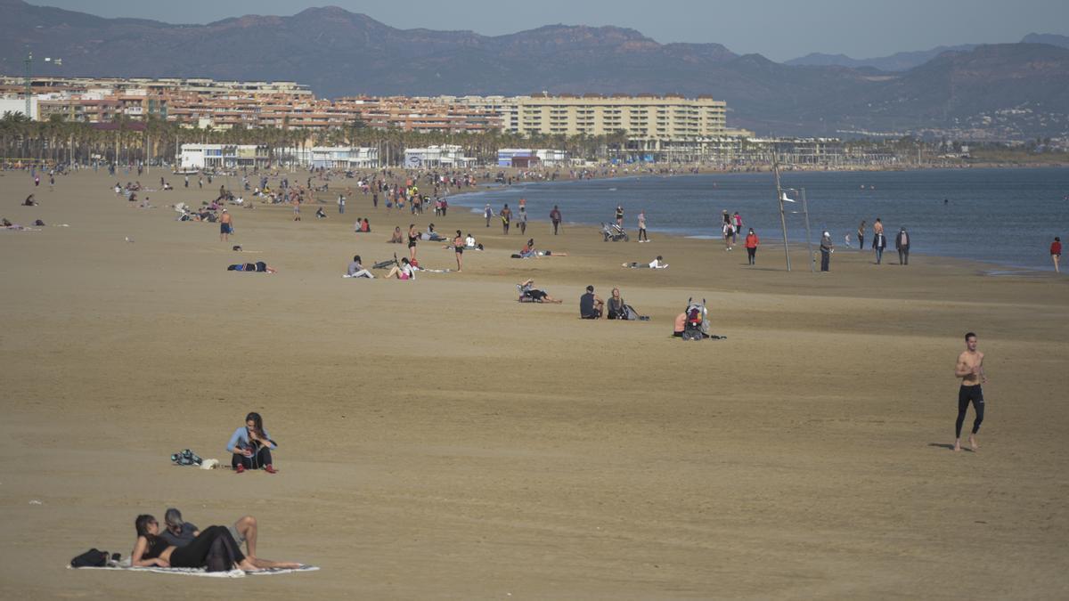 Varias personas en la playa de la Malvarrosa, de València.