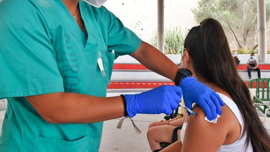 Canarias se plantea obligar a ponerse  la vacuna a los empleados públicos