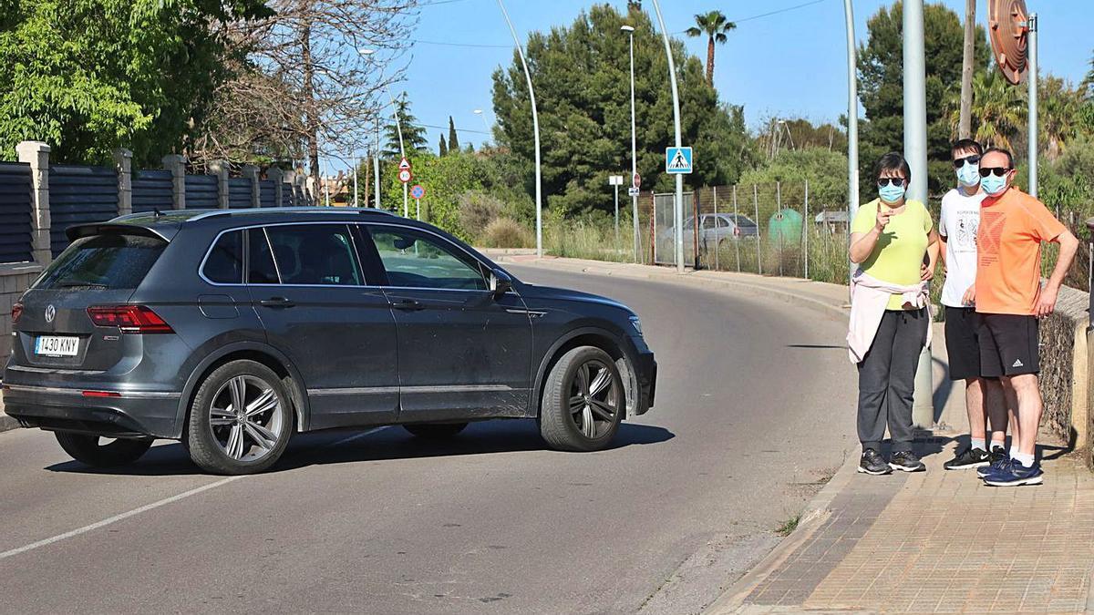 En la calle Monestir del Puig, con tramos sin acera, conviven deportistas con peatones y vehículos. | GABRIEL UTIEL