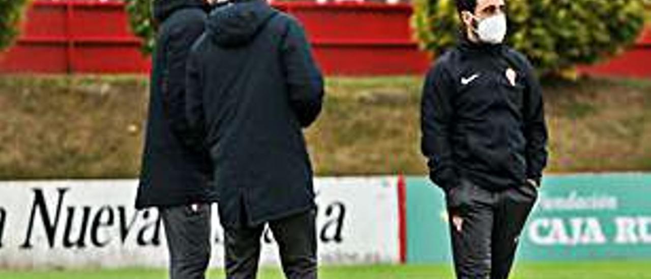 Gallego, a la derecha, con su cuerpo técnico. | J. P.
