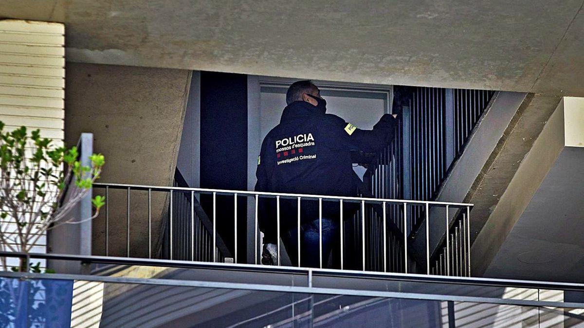 Un agente de los Mossos en el domicilio donde tuvo lugar el crimen machista, en Lloret de Mar.