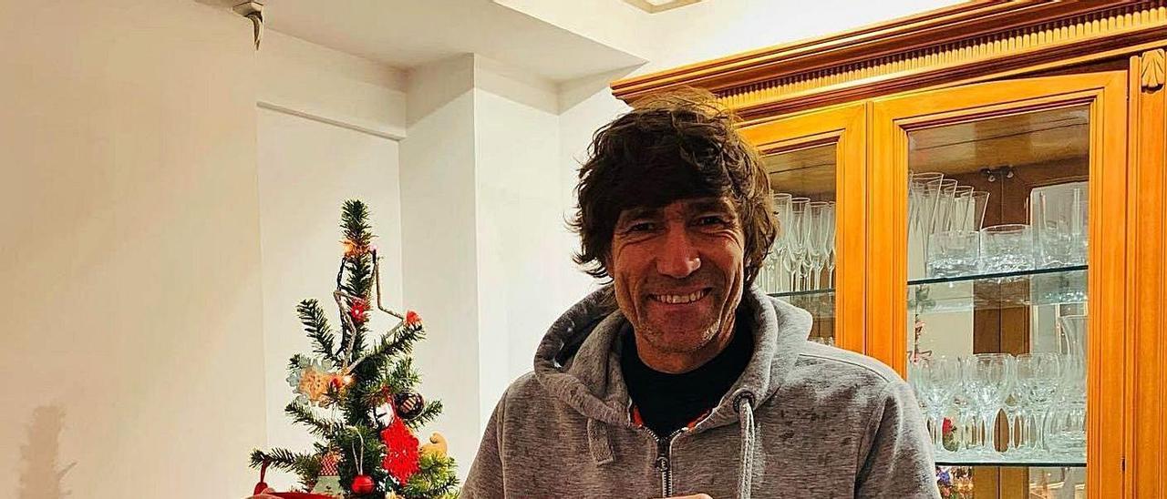 Juilio Salinas posa con la camiseta de España que lució en el Mundial de 1986.   J. Salinas