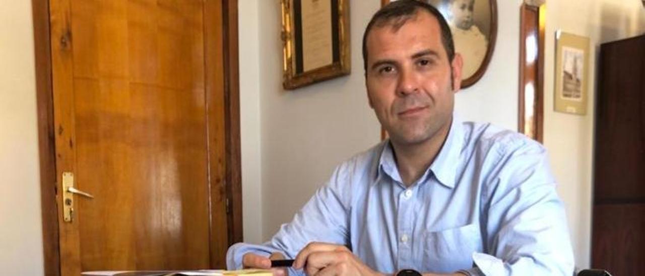 José Manuel González Castro, en su despacho de Cangas de Onís.
