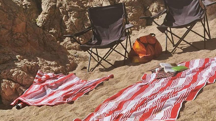 Palafrugell retira tovalloles de  veïns que guardaven lloc a la platja