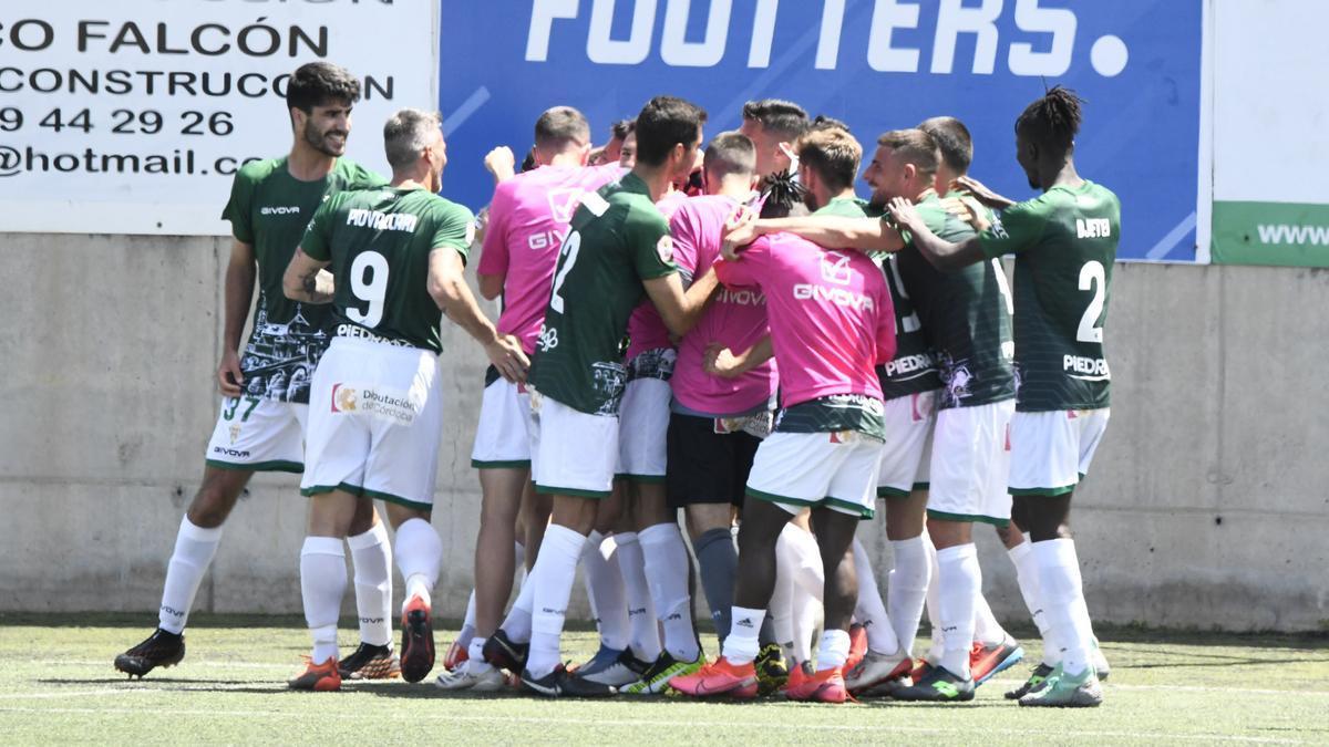 Ricardo Visus y Piovaccari, a la izquierda, celebran la victoria del Córdoba CF en Tamaraceite, en donde debutó el primero.